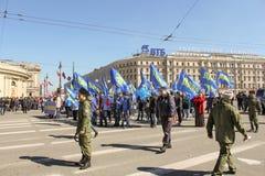 Os povos pedem para assegurar uma demonstração festiva Fotos de Stock Royalty Free