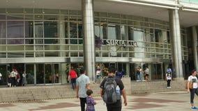 Os povos podem exploração vista em torno do centro de compra de Suria KLCC video estoque