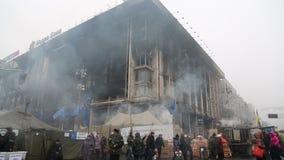 Os povos próximo queimaram a casa do sindicato em Kiev vídeos de arquivo