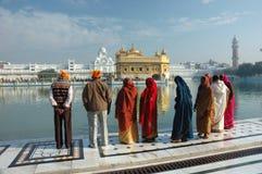Os povos praying no lago sagrado, templo dourado, Amritsar, India Imagens de Stock Royalty Free