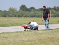 Os povos preparam Airplane modelo para o voo Foto de Stock