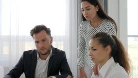 Os povos profissionais do escritório no trabalho, equipe criativa desenvolvem o negócio no escritório, trabalhos de equipa das id filme