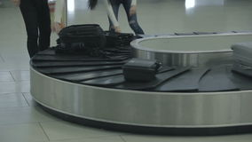 Os povos puseram sua bagagem no trole video estoque