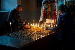 Os povos puseram velas para a paz do morrido na catedral de Znamensky imagens de stock royalty free