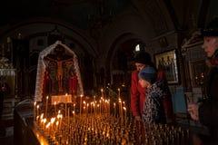 Os povos puseram velas para a paz do morrido na catedral de Znamensky fotos de stock