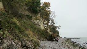 Os povos que andam ao longo do giz balançam o penhasco da ilha de Rugen no tempo do outono filme