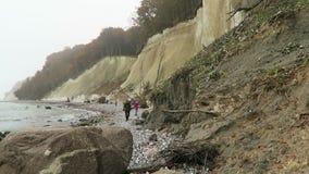 Os povos que andam ao longo do giz balançam o penhasco da ilha de Rugen no tempo do outono vídeos de arquivo