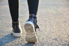 Os povos que andam na manhã para aquecem o corpo para movimentar-se e e Fotografia de Stock