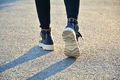 Os povos que andam na manhã para aquecem o corpo para movimentar-se e e Foto de Stock