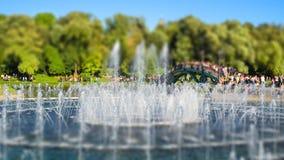 Os povos que apreciam, descansam um dia ensolarado em um parque Tsaritsyno, Moscou, Rússia Efeito do deslocamento da inclinação a imagens de stock royalty free