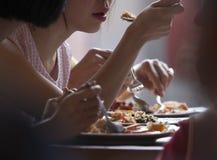 Os povos que comem o fast food no horário comercial com apressam-se acima Fotos de Stock Royalty Free