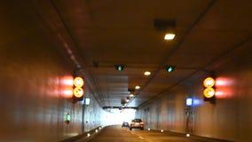 Os povos que conduzem o carro na estrada passaram a montanha no túnel do carro filme