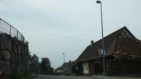 Os povos que conduzem o carro na estrada vão à vila passada cidade do am Rhein do valor de Speyer video estoque