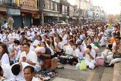 Os povos que esperam dão ofertas do alimento às monges budistas Imagens de Stock Royalty Free