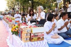 Os povos que esperam dão ofertas do alimento às monges budistas Fotografia de Stock Royalty Free