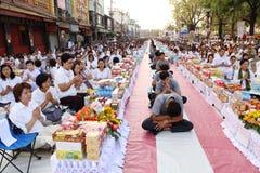 Os povos que esperam dão ofertas do alimento às monges budistas Imagens de Stock