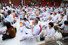 Os povos que esperam dão ofertas do alimento às monges budistas Fotografia de Stock