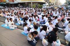 Os povos que esperam dão ofertas do alimento às monges budistas Imagem de Stock Royalty Free