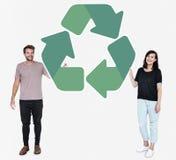Os povos que guardam um verde reciclam o símbolo fotos de stock royalty free