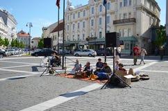 Os povos que o jogo canta canções indianas sentam-se no tapete da rua fotos de stock royalty free