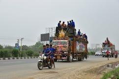 Os povos que perfroming Kanvar Yatra ou Kavad Yatra (Hindi Words), é peregrinação anual dos devotos de Shiva Imagem de Stock
