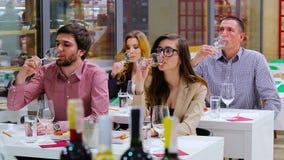 Os povos que provam um vinho branco no degustation vídeos de arquivo