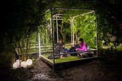 Os povos que relaxam em um special que refrigera a área natural decoraram a sagacidade Imagens de Stock Royalty Free
