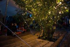 Os povos que relaxam em um special que refrigera a área natural decoraram a sagacidade Imagens de Stock