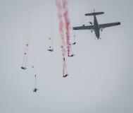Os povos que saltam do salto de paraquedas plano Fotos de Stock Royalty Free
