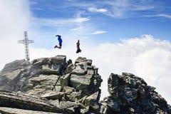 Os povos que saltam nas montanhas Fotografia de Stock Royalty Free