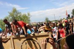 Os povos que saltam sobre um obstáculo Fotografia de Stock Royalty Free