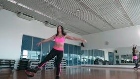 Os povos que treinam no gym com sapatas do kangoo vídeos de arquivo