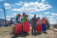 Os povos que vivem na ilha de lingüeta do lago Titicaca estão introduzindo-se e dizem a turistas histórias sobre como eles que fa imagens de stock royalty free