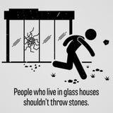 Os povos que vivem nas casas de vidro não devem jogar o provérbio das pedras Foto de Stock