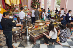 Os povos queimam velas no chedi de Nakhom Pathom, Nakhom Pathom, Tailândia Fotos de Stock Royalty Free
