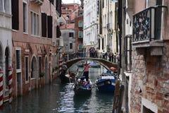 Os povos querem montar uma gôndola Veneza Italy Fotos de Stock