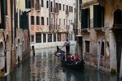 Os povos querem montar uma gôndola Veneza Italy Fotografia de Stock