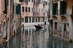 Os povos querem montar uma gôndola Veneza Italy Imagem de Stock