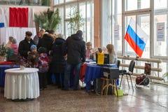 Os povos recebem cédulas de votação em uma estação de votação da eleição presidencial - 2018 Fotos de Stock Royalty Free