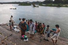 Os povos recolhem em Sangam Ghat em Mysore, Índia Fotografia de Stock