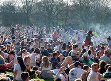 Os povos recolheram em Hyde Park Leeds no protesto 420 para fazer campanha para o decriminalization do cannabis no Reino Unido Fotos de Stock Royalty Free