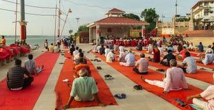 Os povos recolheram para a ioga da manhã em Assi Ghat no banco do rio Ganga em Varanasi Fotos de Stock Royalty Free