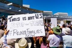 Os povos recolhidos na frente do San Jose City Hall para as famílias do ` pertencem junto reunião do ` fotos de stock