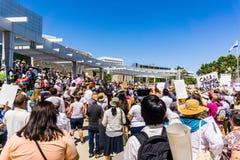 Os povos recolhidos na frente do San Jose City Hall para as famílias do ` pertencem junto reunião do ` fotografia de stock royalty free