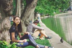 Os povos relaxam na costa da lagoa no bulevar de Chistoprudny em Moscou fotos de stock royalty free