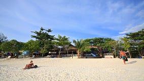 Os povos relaxam na praia de Pattaya na ilha de Lipe Imagens de Stock Royalty Free