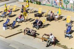 Os povos relaxam na praia do canal de Danúbio em Viena Fotografia de Stock Royalty Free