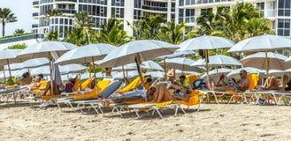 Os povos relaxam na praia do jade em Sunny Isles Beach Fotografia de Stock
