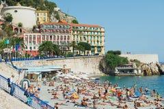 Os povos relaxam na praia pública em agradável, França Imagens de Stock Royalty Free