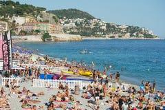 Os povos relaxam na praia pública em agradável, França Imagens de Stock